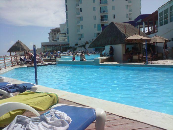 Notre petite piscine avec le petit bar qui va bien