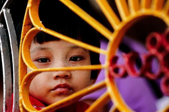Le regard perdu d'une petite Birmane