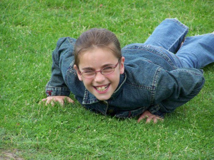 Lolotte nage dans l'herbe