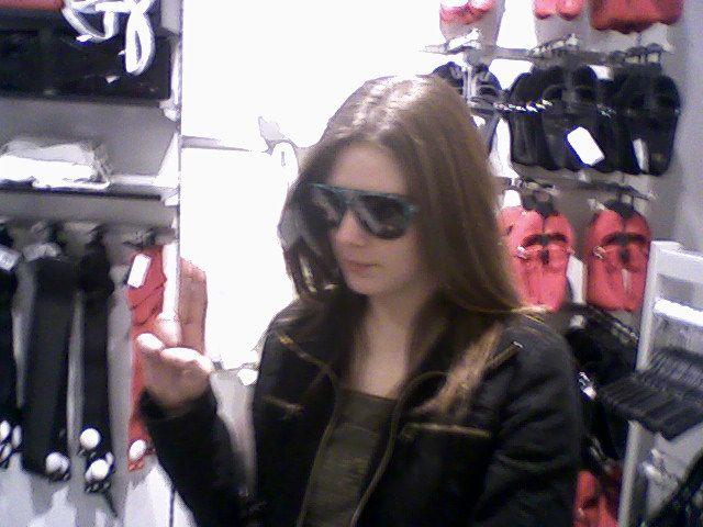 moi au h&m avec les lunettes de rick hunter ^^