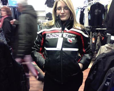 en mode essayage de blouson de moto dans les magasins