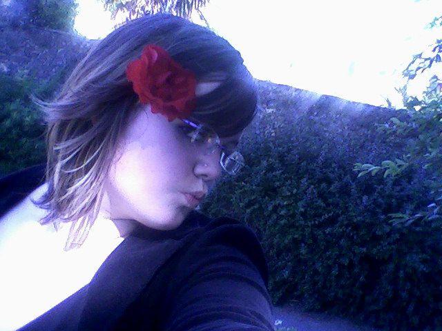Moi avec tite fleure rouge