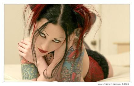 moi en pose pour un tattoeur