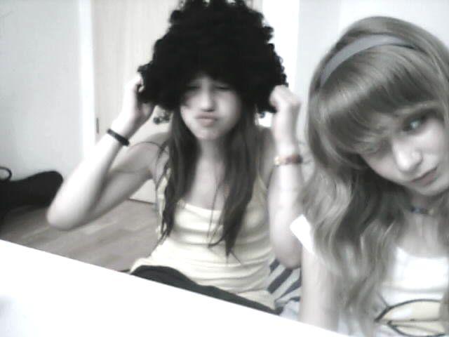 Deux petite filles toutes seules dans une chambre obscure ..