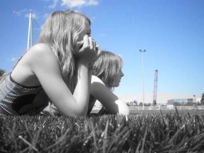 Syndel et moi sur un petit terrain de foot artificel .