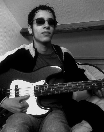 Wahid le bassiste en noir et blanc !