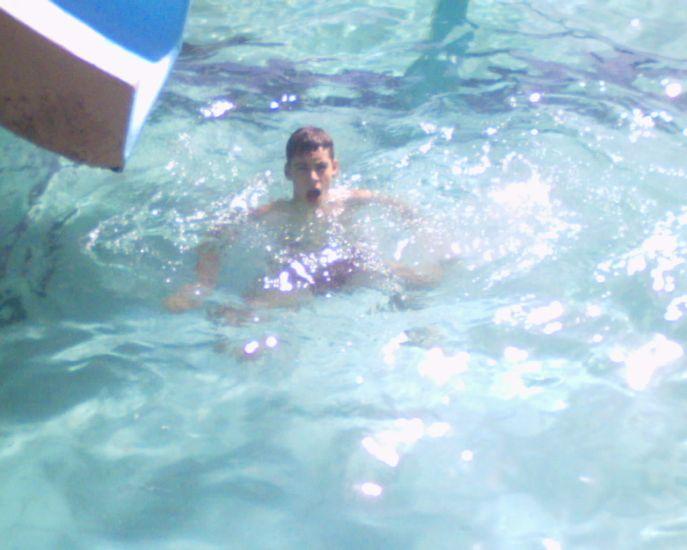moi à la piscine