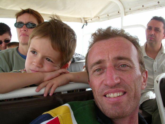 Là c'est mon père =) moi je suis derrière lui la tete posé=)