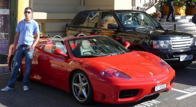 A  Monaco avec une Ferrari 360 Modena et un SUV Range Rover