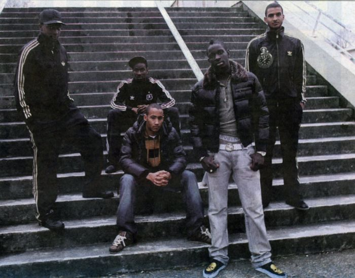 Avec les autres jeunes du PSG (il est à gauche)