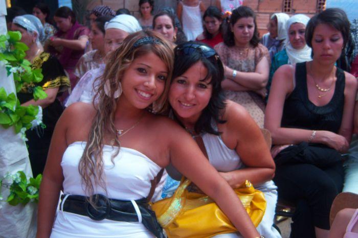 Ma mère et moi en mode mariage du bled!!!!
