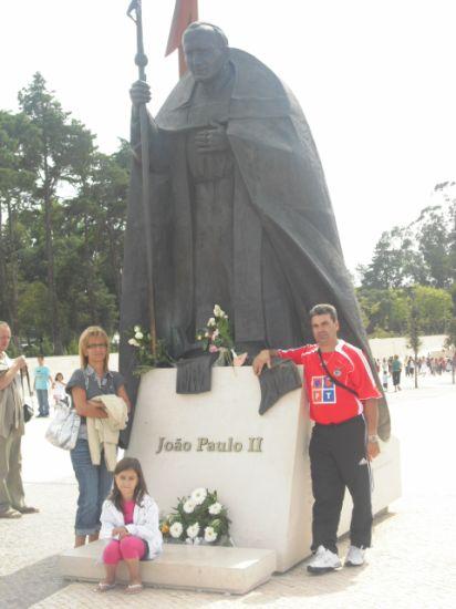 AUI E EM FATIMA AO PE DA ESTATUA DE JOAO PAULO 2