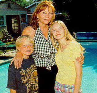 kirsten avc sa maman Inez et son petit frère Christian