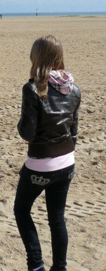 Sur la plage, avec une veste en cuir. Non j'avais pas chaud.