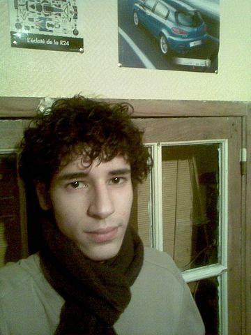 Wahid qui a l'air d'être ému de porter une écharpe ^^