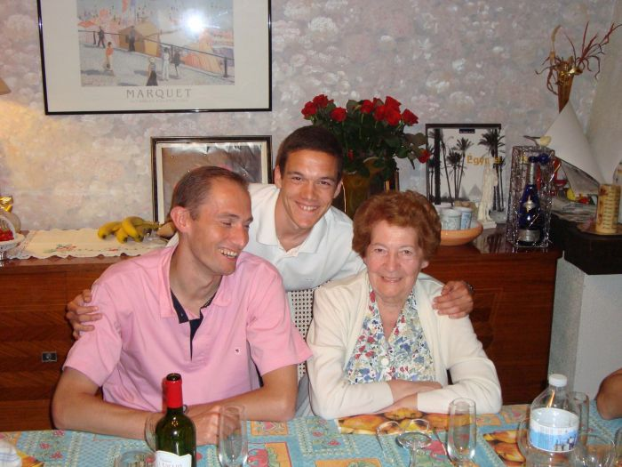 Avec Mamie et mon grand cousin Yann... août 2008