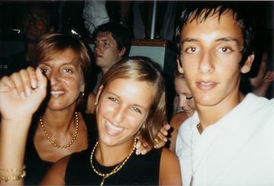 Ma mère derriere, ma grande soeur à gauche, mon ex à droite.