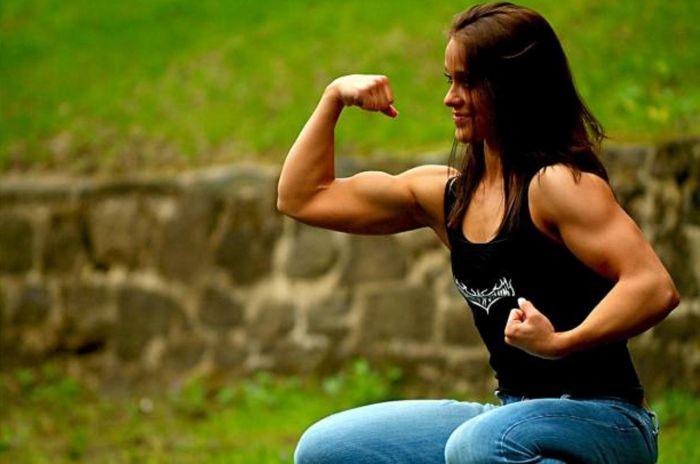 j'aime serrer le biceps droit ...