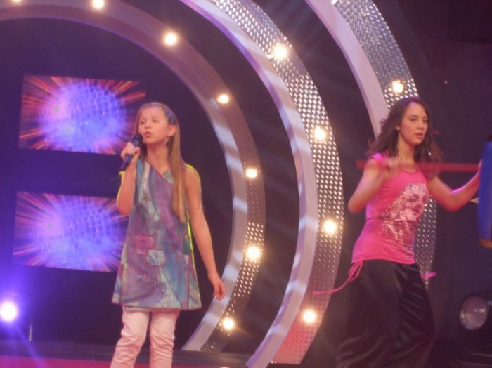 Marie chante et Sabrina danse...