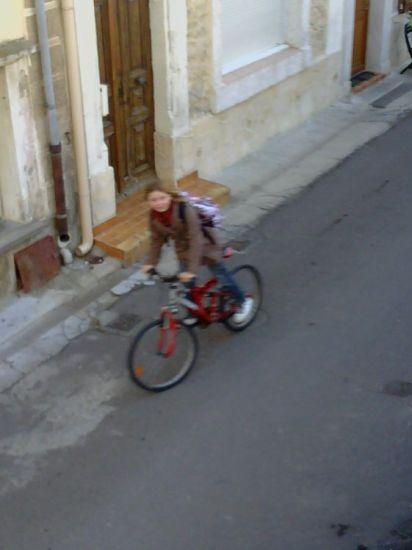 Une blonde à vélo.    >:)