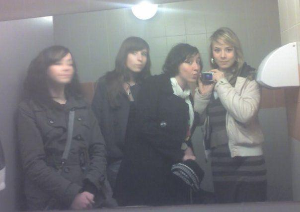 Julie, Salome, Momo et moi ( Toilette du multiplex :s :p)
