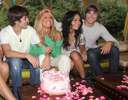 Anniversaire de sa BFF Ashley (Avec Vanessa & Jared)